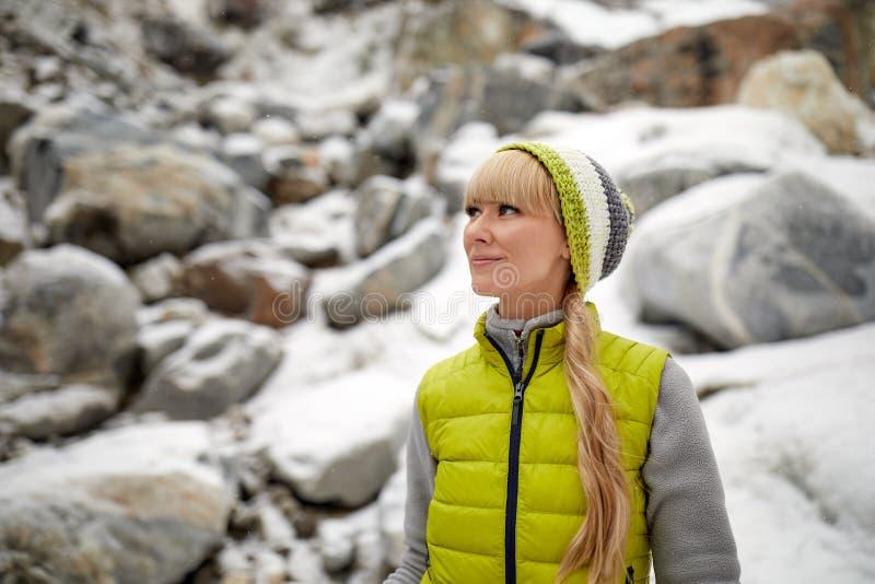 Kvinna som fotvandrar på insnöade berg Rekreation och sund livsstil utomhus i natur royaltyfri fotografi