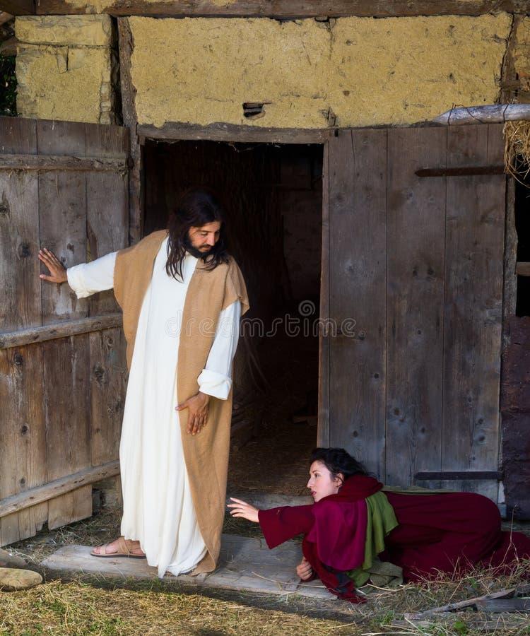 Kvinna som frågar Jesus för förlåtelse arkivbild