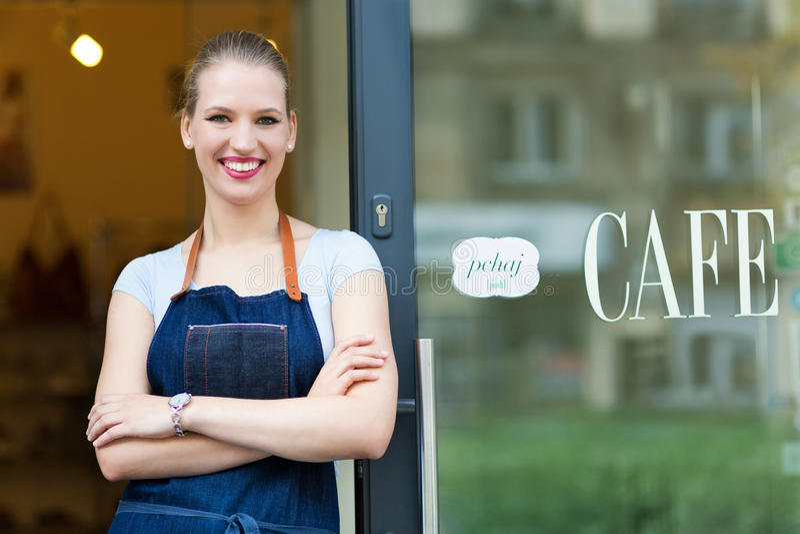 Kvinna som framme står av coffee shop royaltyfri bild