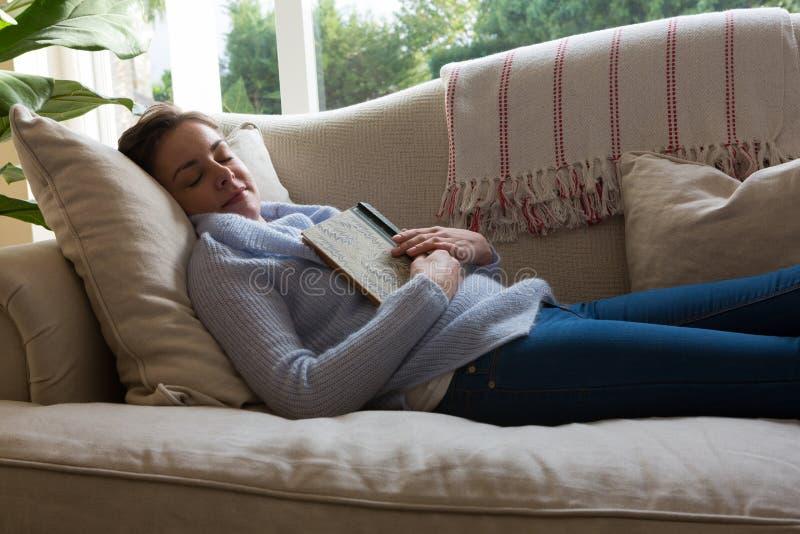 Kvinna som fridfullt sover på soffan arkivbilder