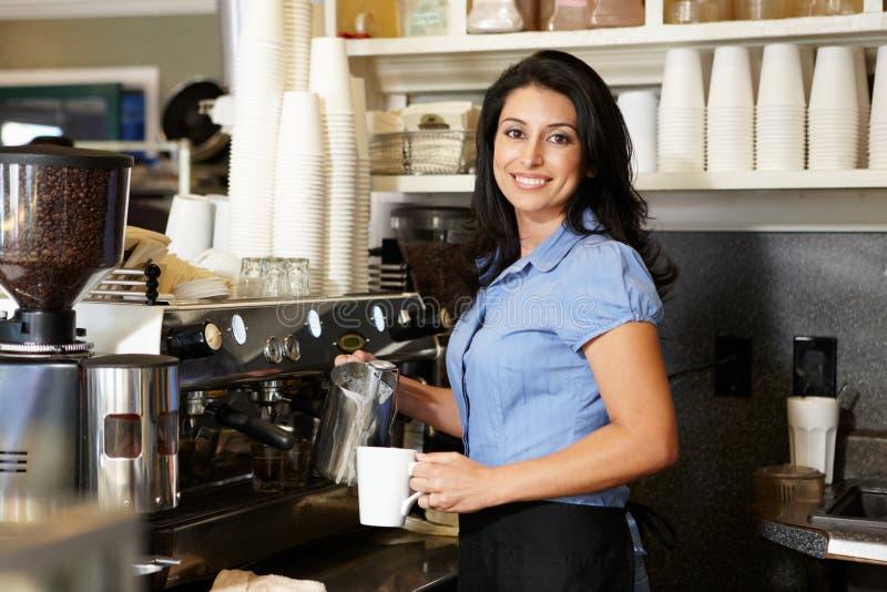 Kvinna som fungerar i coffee shop arkivfoto