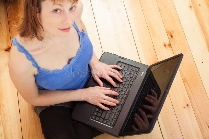 Kvinna som fungerar på datoren fotografering för bildbyråer