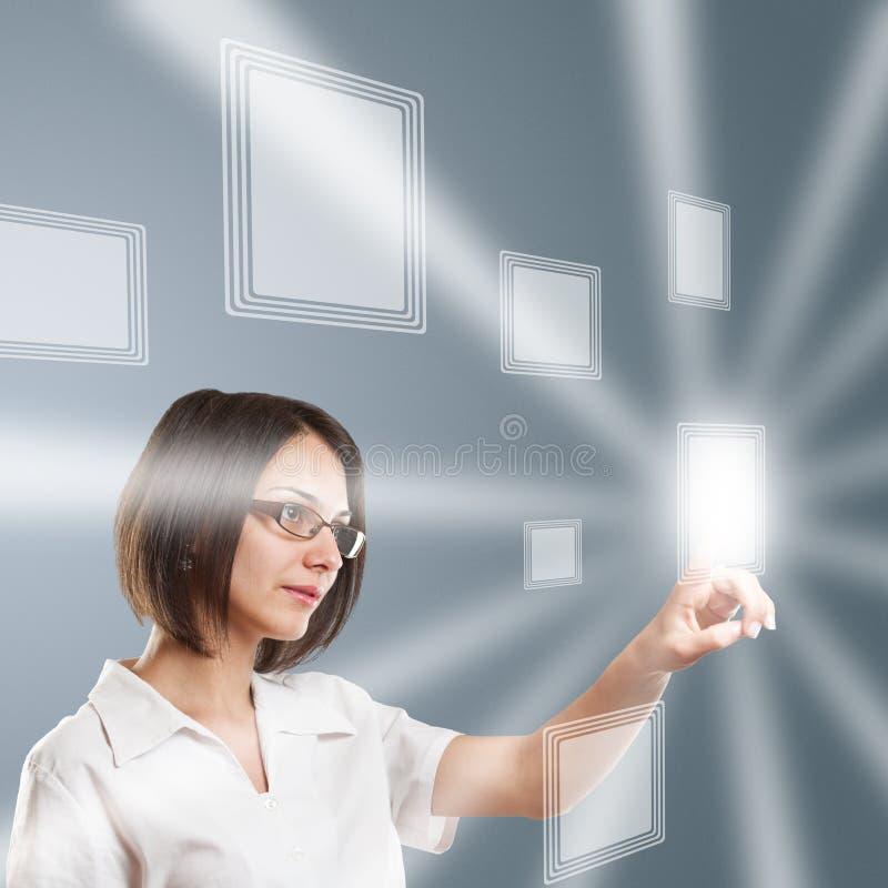 Kvinna som fungerar på modern teknologi vektor illustrationer