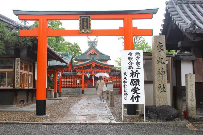 Kvinna som går för att förvara den Fushimi Inari templet, Kyoto, Japan arkivbild