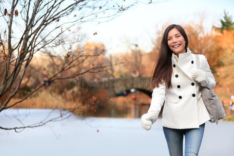 Kvinna som går i Central Park, New York City arkivbild