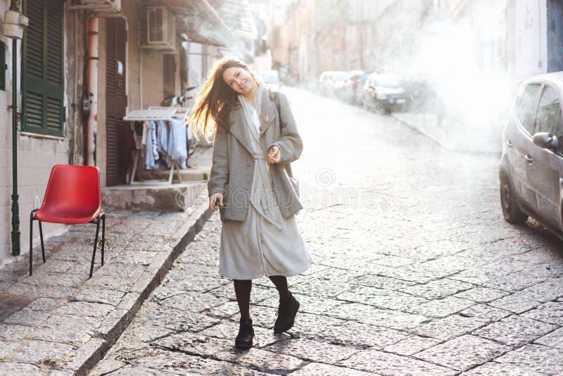 Kvinna som går i den gamla staden fotografering för bildbyråer