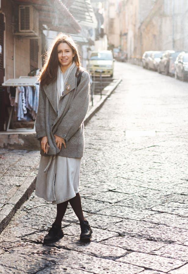 Kvinna som går i den gamla staden arkivfoton