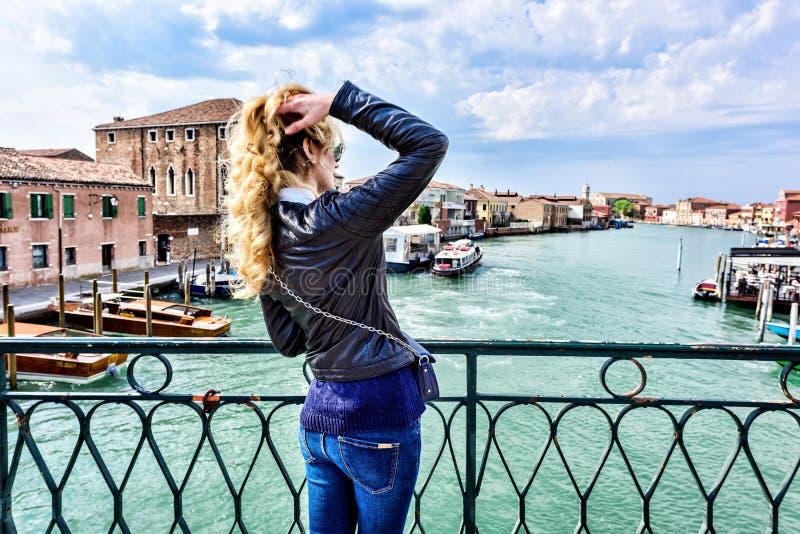 Kvinna som går i den Murano ön Italien Handelsresande- eller turistflicka som undersöker staden royaltyfria bilder