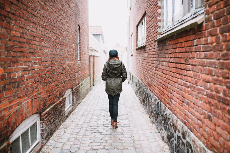 Kvinna som går i gatan royaltyfria foton