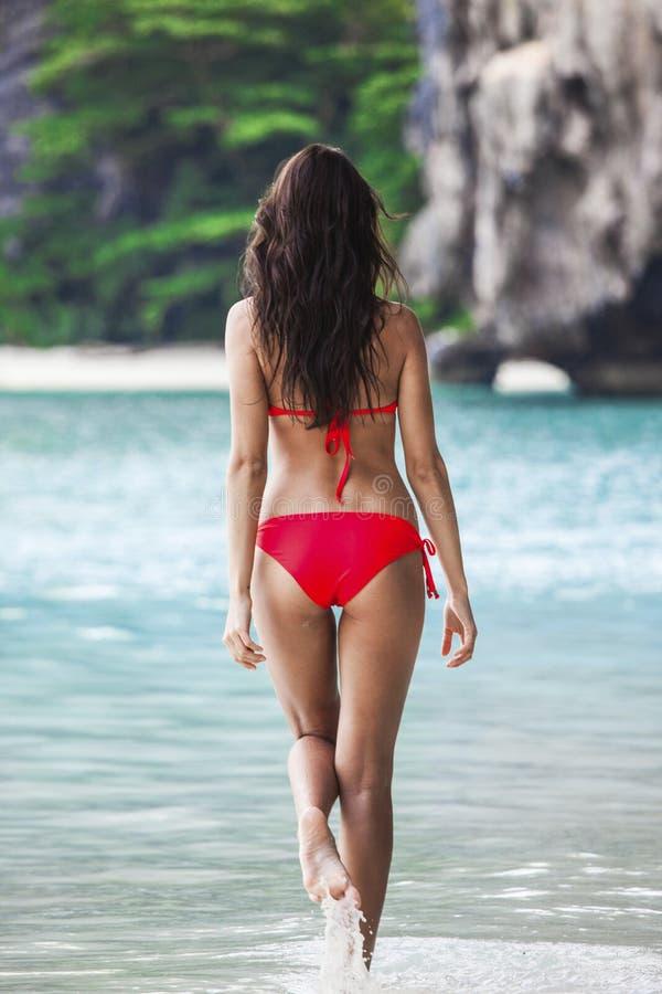 Kvinna som går i lagunvatten royaltyfri bild