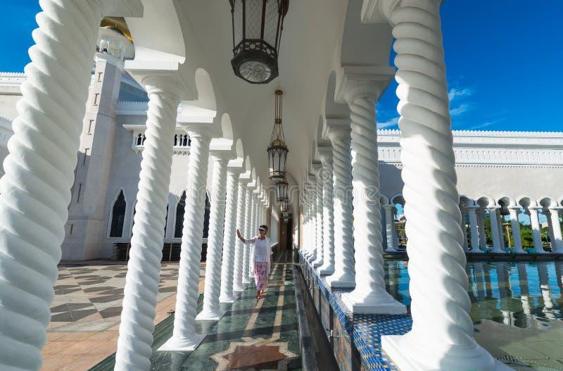 Kvinna som går i moské av Sultan Omar Ali Saifuddin i Brunei royaltyfri bild