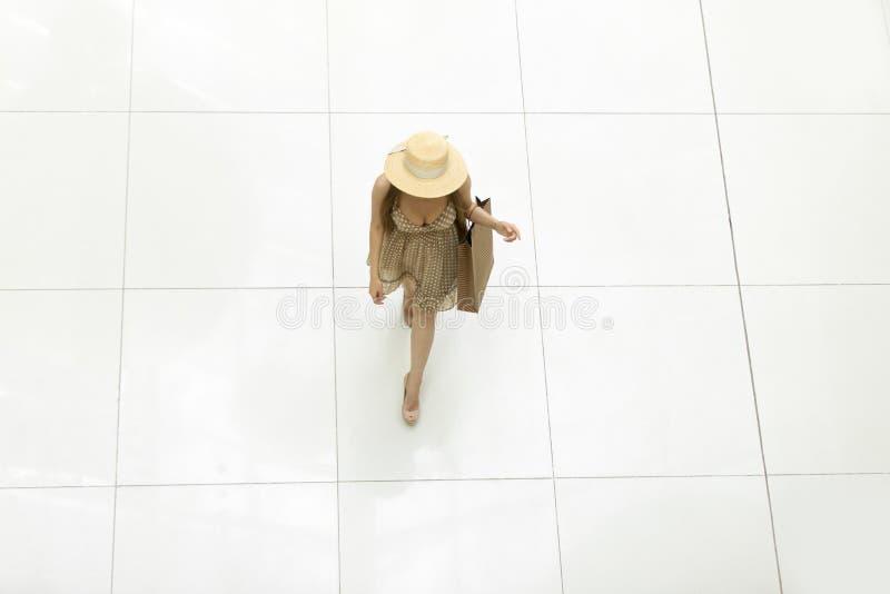 Kvinna som går i shoppingmitt ovanför sikt royaltyfri fotografi