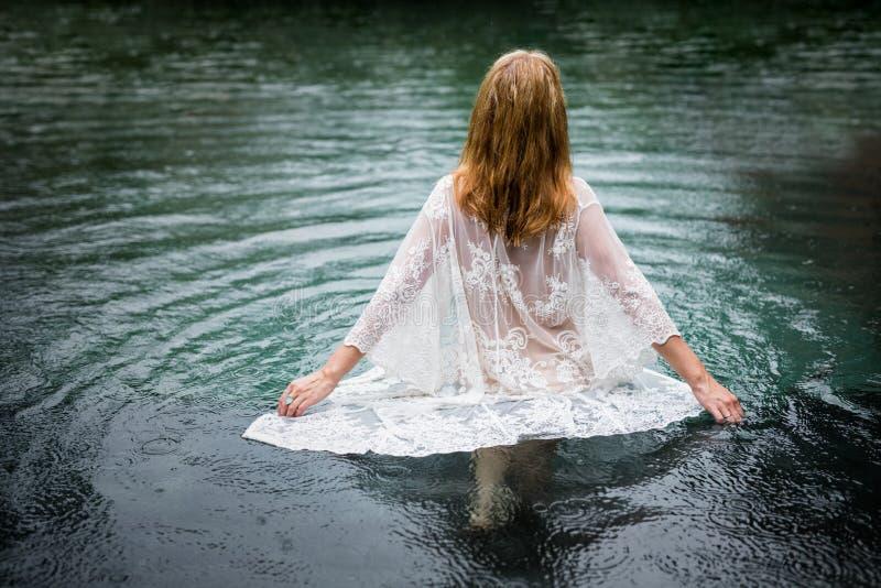 Kvinna som går in i vatten, självmordbegrepp royaltyfri foto
