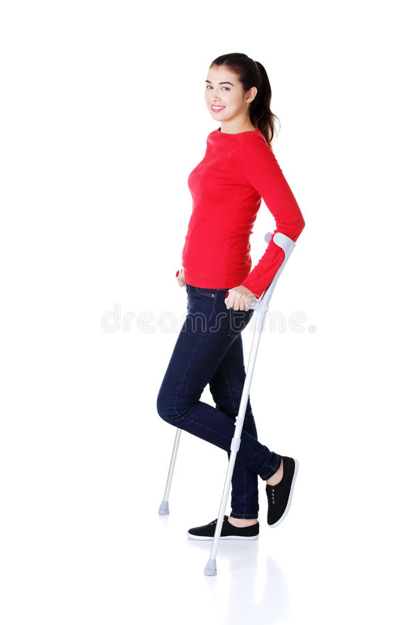 Kvinna som går med kryckor royaltyfria foton