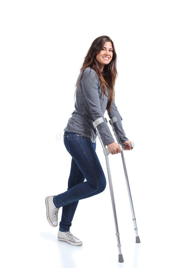 Kvinna som går med kryckor royaltyfri foto