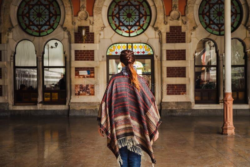 Kvinna som går nära Orient den uttryckliga järnvägsstationen i Istanbul royaltyfria bilder