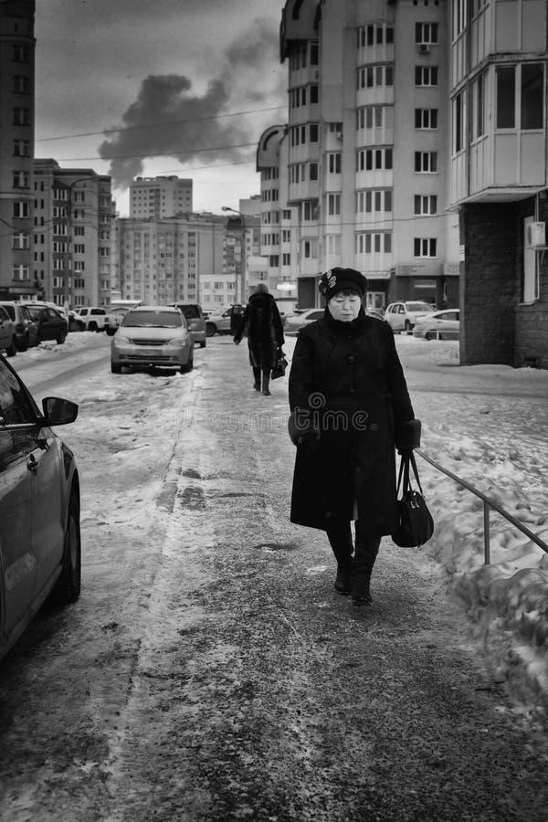 Kvinna som går på banan i Ryssland arkivfoto