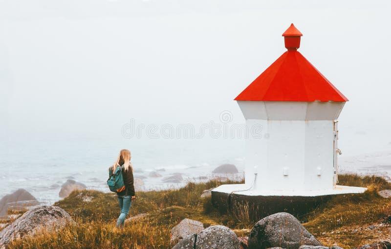 Kvinna som går på det dimmiga havet för fyr som reser solo royaltyfria foton
