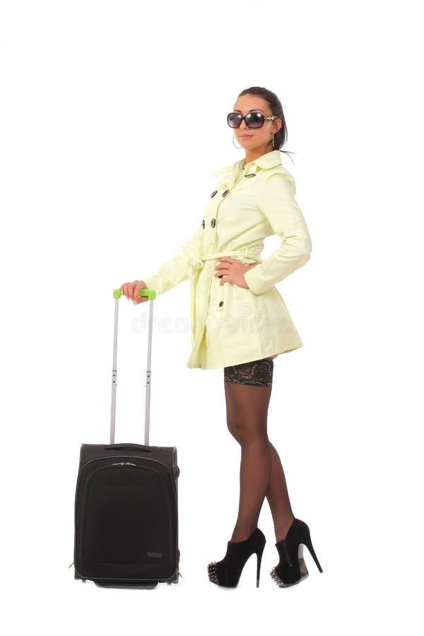 Kvinna som går på ferie med resväskan royaltyfri fotografi