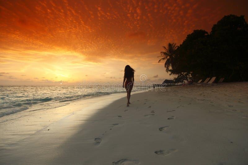 Kvinna som går på strand royaltyfri fotografi