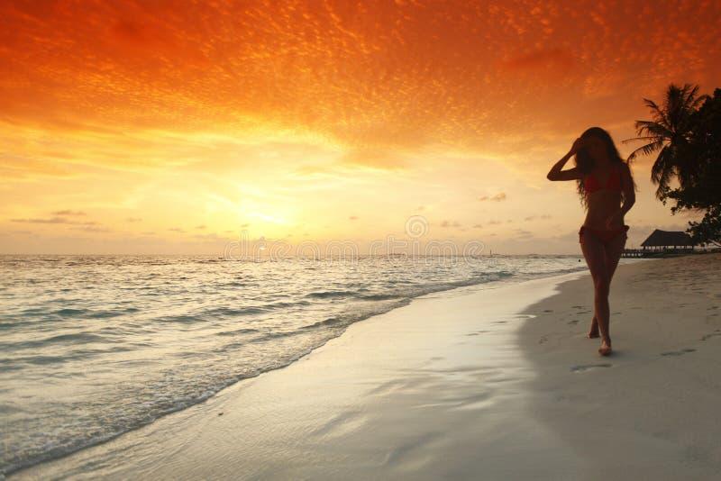 Kvinna som går på strand royaltyfri foto