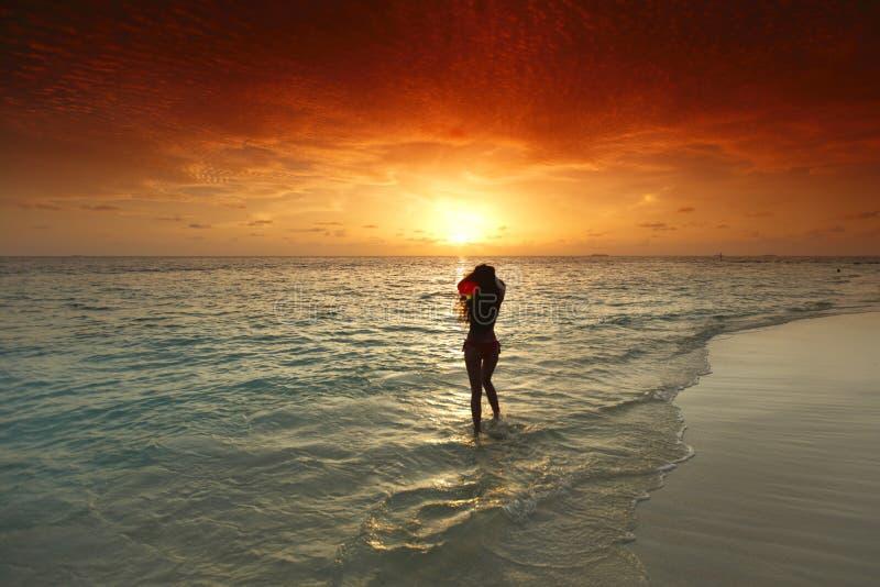 Kvinna som går på stranden royaltyfria foton