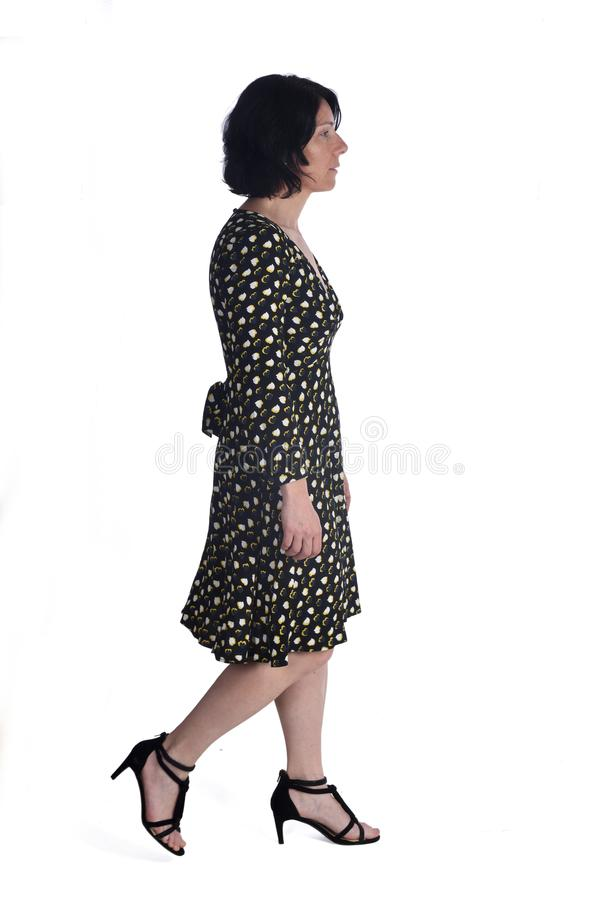 Kvinna som går på vit royaltyfria bilder