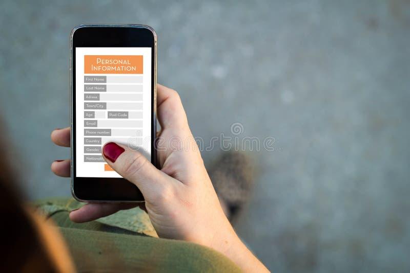 Kvinna som går smartphonen med det personliga frågeformuläret royaltyfri fotografi