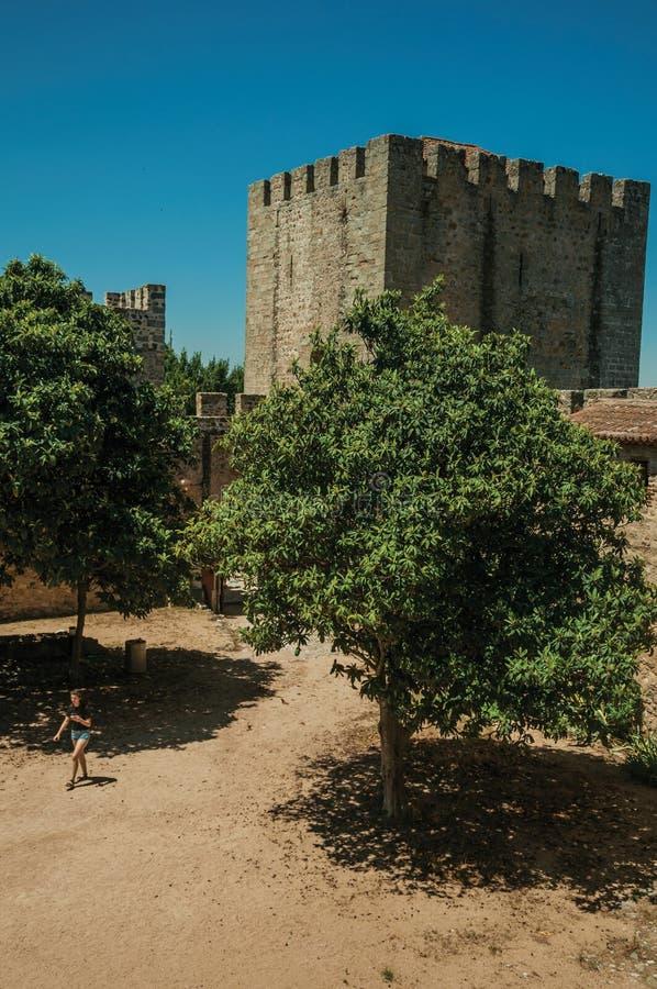 Kvinna som går till och med borggård på slotten av Elvas royaltyfria bilder