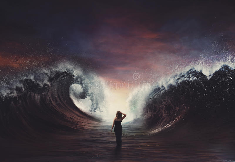 Kvinna som går till och med det särade havet. royaltyfri fotografi