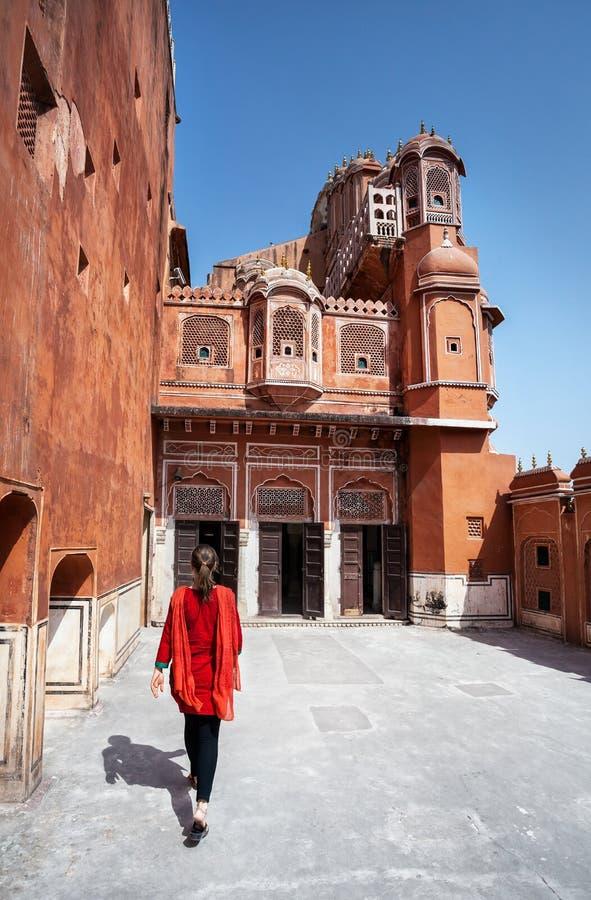 Kvinna som går till slotten av Rajasthan arkivbild