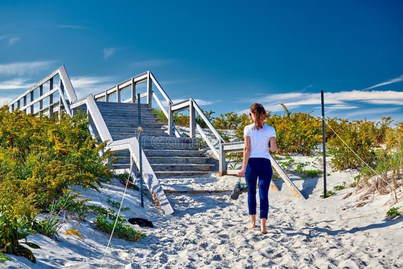 Kvinna som går till stranden, Ipswich, Massachusetts, USA arkivbild