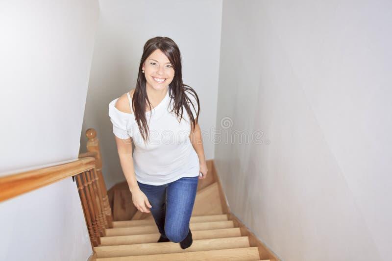 Kvinna som går upp trappa royaltyfria bilder