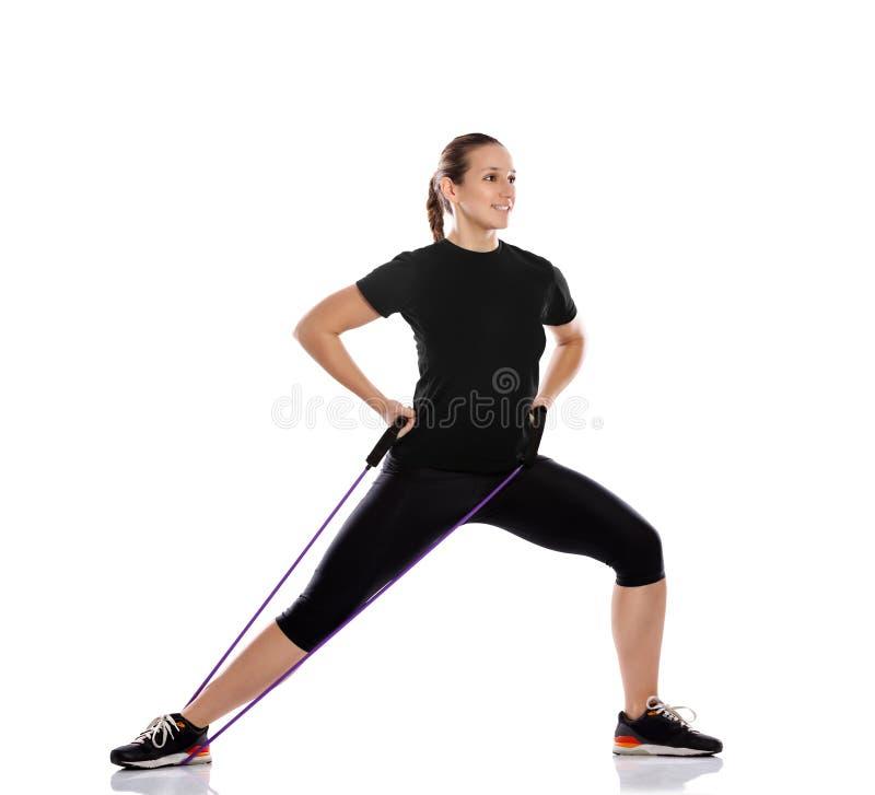 Kvinna som gör övning med motståndsgummi royaltyfri foto