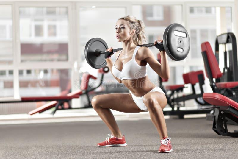 Kvinna som gör övning med skivstången arkivfoton