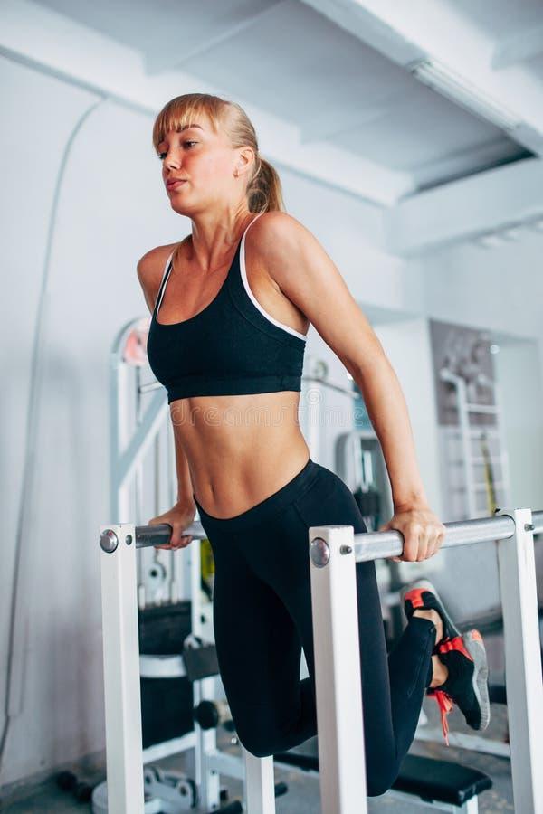 Kvinna som gör dopp i idrottshallen royaltyfri fotografi
