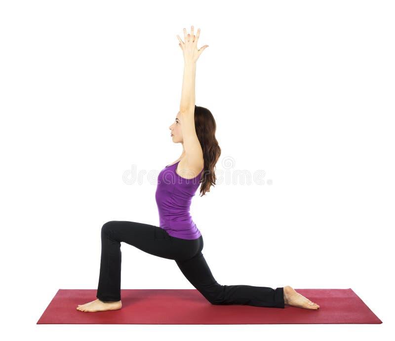 Kvinna som gör en hög utfallvariation i yoga arkivbild
