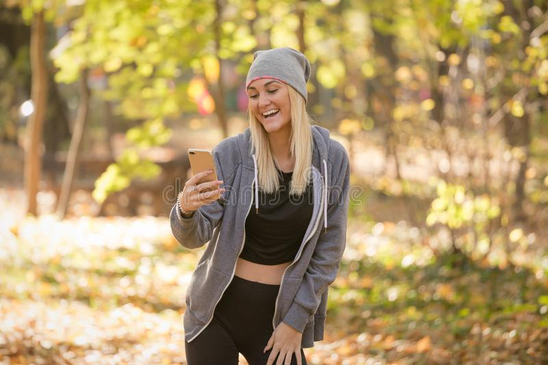 Kvinna som gör en video appell via den smarta telefonen arkivfoton