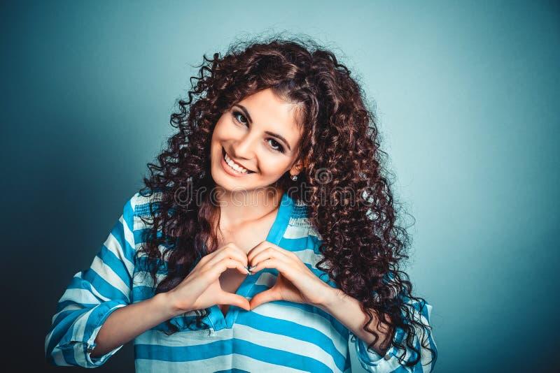 Kvinna som gör hjärtatecknet med händer royaltyfri foto