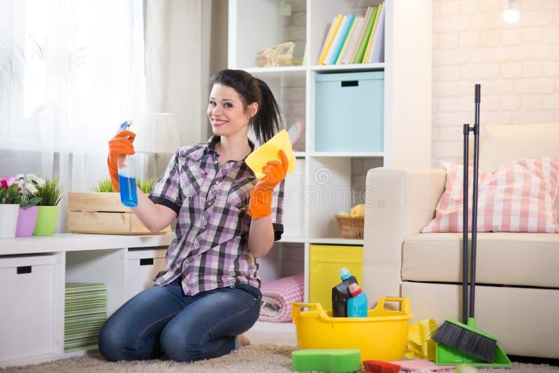Kvinna som gör huslokalvård arkivbild