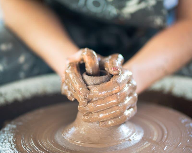 Kvinna som gör keramisk krukmakeri på hjulet, handnärbild, skapelse av keramik Handwork hantverk, manuellt arbete, smutsigt arbet royaltyfria foton