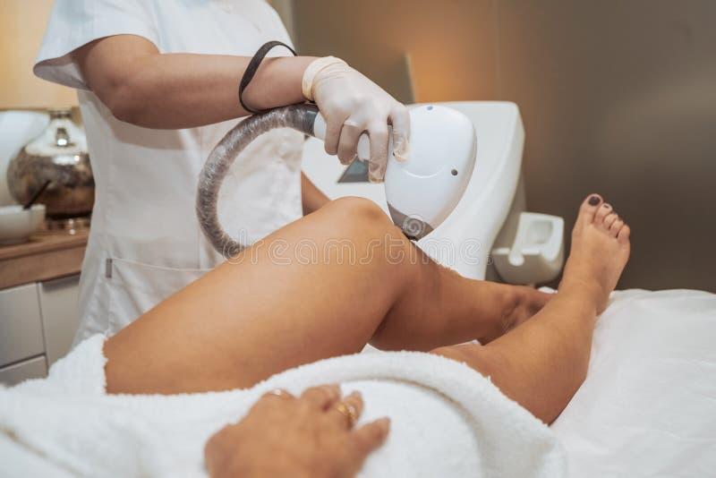 Kvinna som gör kosmetiska behandlingar royaltyfri foto