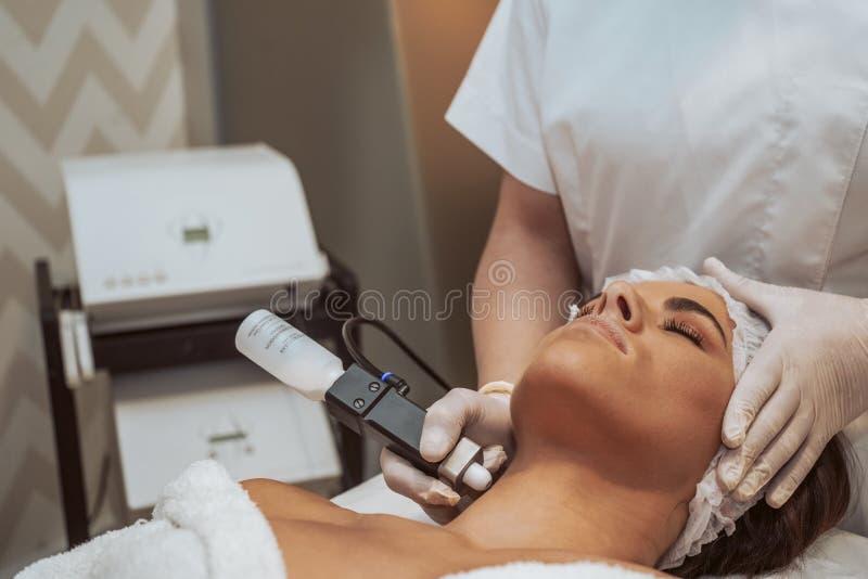 Kvinna som gör kosmetiska behandlingar royaltyfria foton