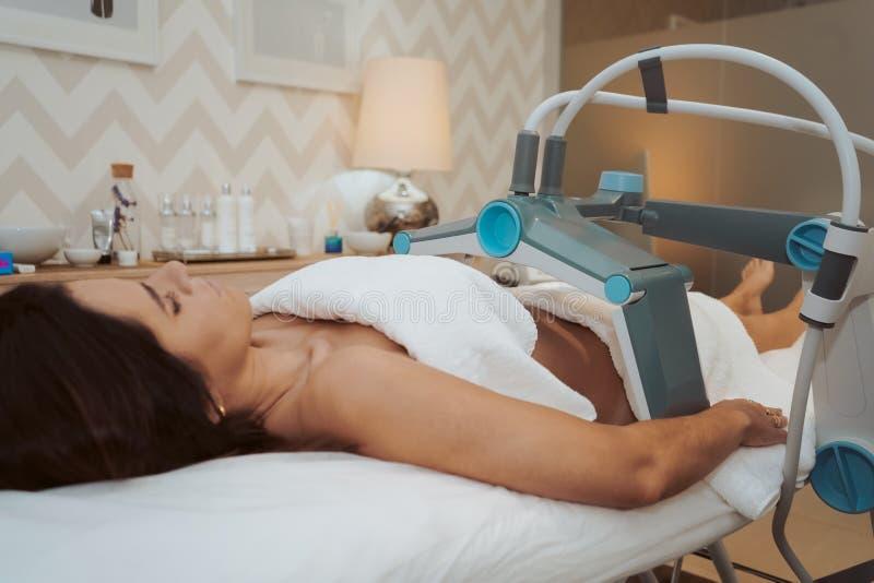 Kvinna som gör kosmetiska behandlingar royaltyfria bilder