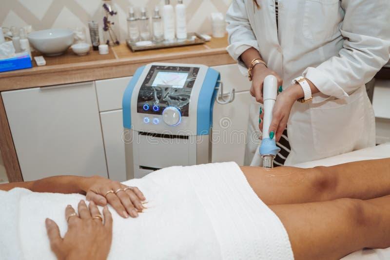 Kvinna som gör kosmetiska behandlingar royaltyfri fotografi