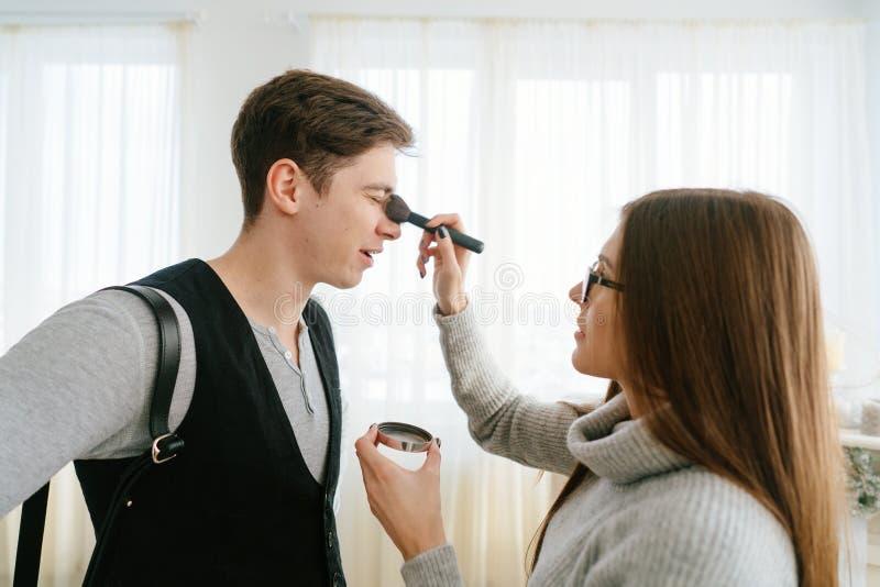 Kvinna som gör makeupgrabben royaltyfria foton