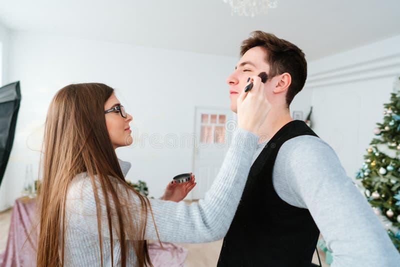 Kvinna som gör makeupgrabben royaltyfri bild