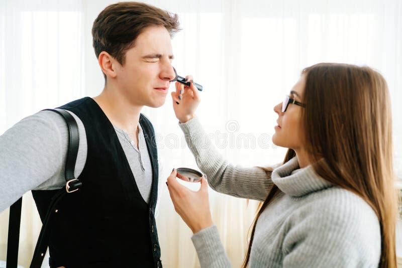 Kvinna som gör makeupgrabben arkivbild
