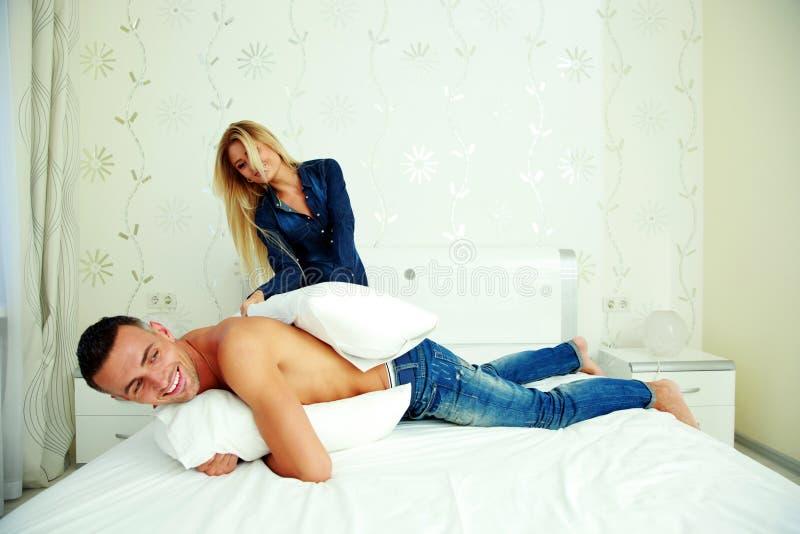 Kvinna som gör massage hans make royaltyfri bild