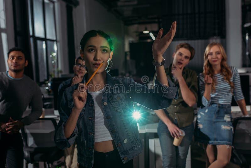 kvinna som gör presentation och att förklara något royaltyfri bild
